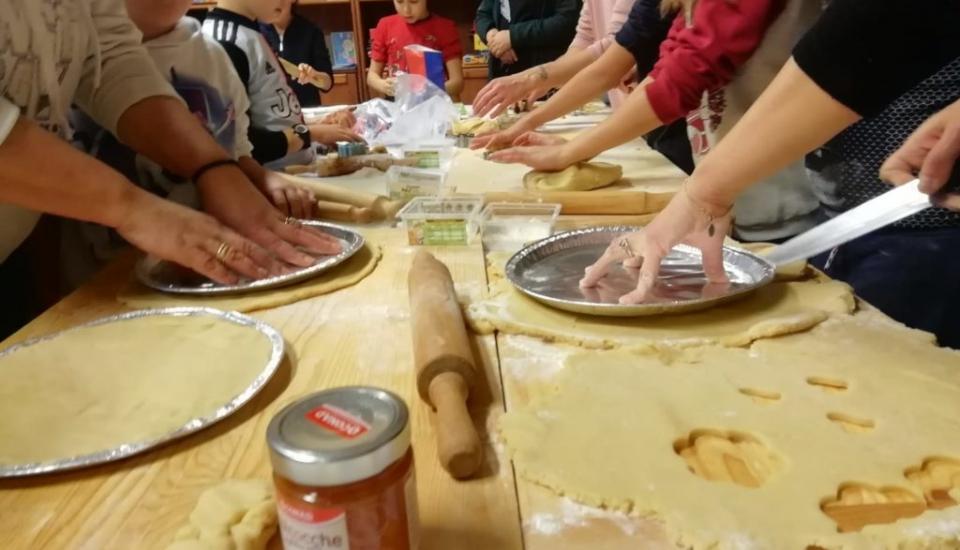Laboratorio di dolci per la mensa della domenica